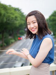 青いシャツの女性の写真・画像素材[1282154]