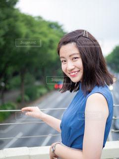 青いシャツの写真・画像素材[1282156]
