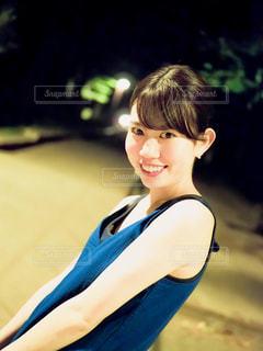 青いシャツの女性の写真・画像素材[1283597]
