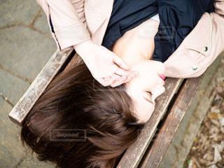ベンチに座っている女性の写真・画像素材[1285421]