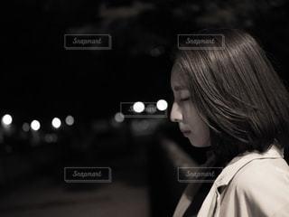 携帯電話で通話中の女性の写真・画像素材[1285926]