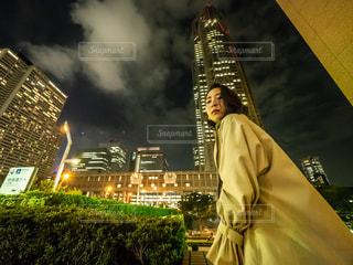 建物の前に立っている男の写真・画像素材[1285929]