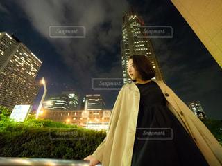 建物の前に立っている人の写真・画像素材[1285937]
