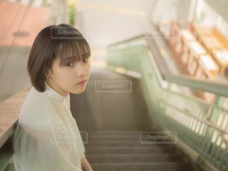 白のシャツを着た女性の写真・画像素材[1287435]