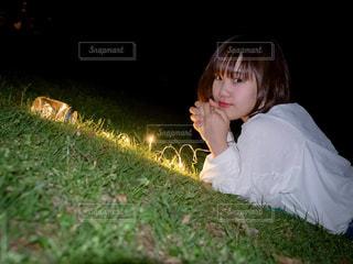芝生に座っている少女の写真・画像素材[1287441]