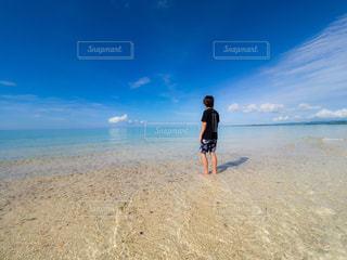 砂浜の上に立つ男の写真・画像素材[2332060]