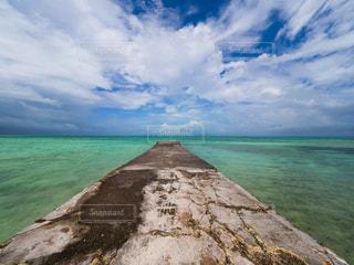水域の真ん中にある島の写真・画像素材[2336653]
