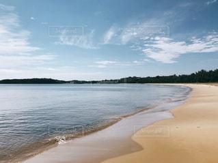 水域の隣の砂浜の写真・画像素材[2336666]