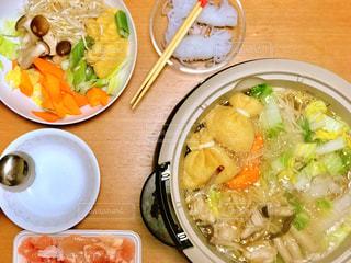 テーブルの上に食べ物のボウルの写真・画像素材[822489]