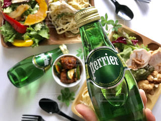 緑のボトルに食品のプレートの写真・画像素材[905563]