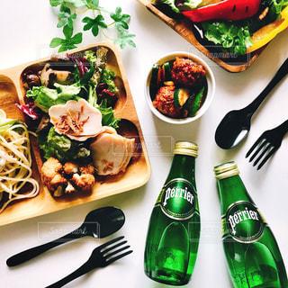 テーブルの上に食べ物のプレートの写真・画像素材[906261]