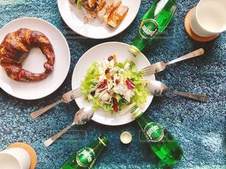 テーブルの上に食べ物のプレートの写真・画像素材[917607]