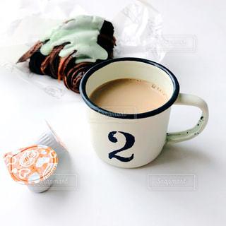 テーブルの上のコーヒー カップの写真・画像素材[1245684]