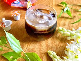 木製のテーブルの上に座ってお茶を飲みの写真・画像素材[1245694]