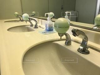 洗面台と鏡付きのバスルーム - No.762689