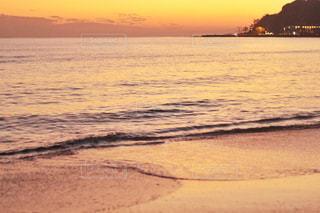 水の体に沈む夕日の写真・画像素材[967742]