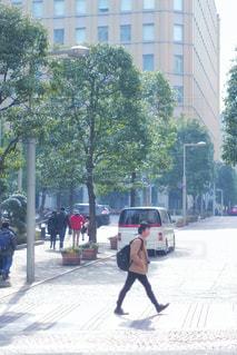 男性,アウトドア,歩く,散歩,横断歩道,休日,おでかけ,歩き姿