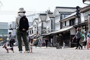 建物の前に歩く人々 のグループ - No.1115700