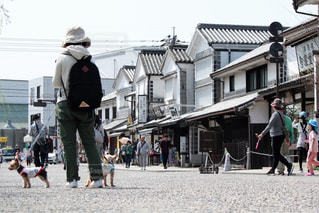 建物の前に歩く人々 のグループの写真・画像素材[1248173]