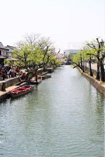 水の体の横に川に沿って旅行ボートの写真・画像素材[1249391]