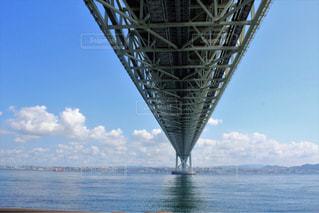 水の体の上の明石海峡大橋の写真・画像素材[1249392]