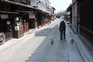 通りを歩いている人の写真・画像素材[1249394]