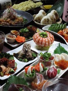 板の上に食べ物の束の写真・画像素材[1249398]