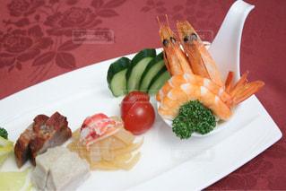 テーブルの上に食べ物のプレートの写真・画像素材[1271439]