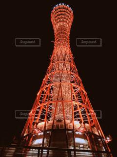バック グラウンドでの神戸ポートタワーと暗闇の中で大型クレーンの写真・画像素材[1396338]
