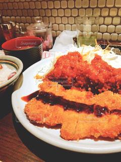テーブルの上に食べ物のプレートの写真・画像素材[1466012]