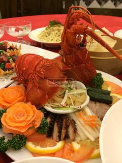 テーブルの上に食べ物のプレートの写真・画像素材[1466017]