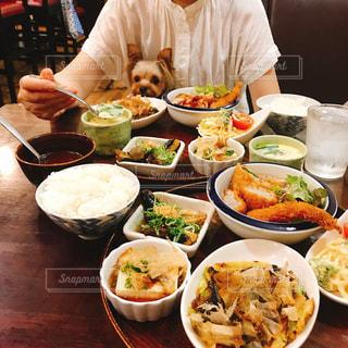 食品のプレートをテーブルに着席した人の写真・画像素材[1643736]