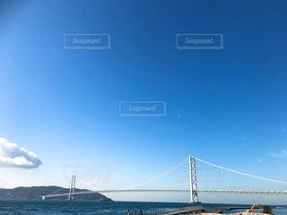 水の体の上の橋の写真・画像素材[1872524]