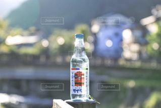 テーブルの上の水のボトル - No.801402