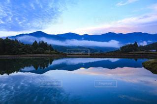 背景の山と水の大きな体 - No.807768