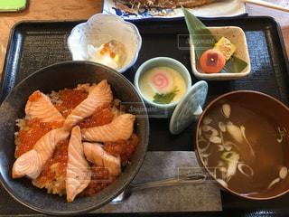 テーブルの上に食べ物の種類で満たされたボウルの写真・画像素材[771979]
