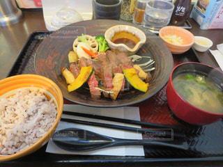 テーブルの上に食べ物のボウルの写真・画像素材[1772915]