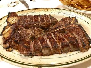 テーブルの上に食べ物のプレートの写真・画像素材[914023]