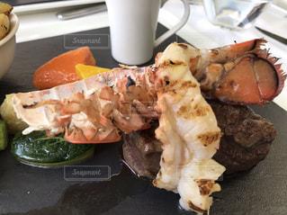テーブルの上に食べ物のトレイの写真・画像素材[914073]