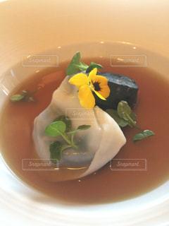 白いプレートにスープのボウルの写真・画像素材[916220]