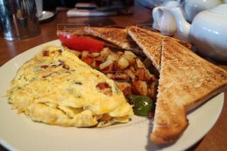 朝食のオムレツのプレートの写真・画像素材[916247]