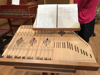 木製のテーブルでピアノの写真・画像素材[802262]