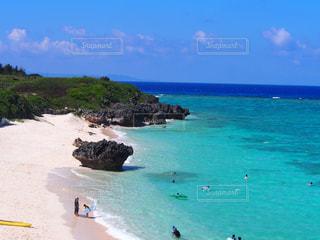 青空と白い砂浜と海の写真・画像素材[1114394]