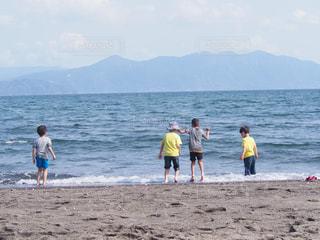 波打ち際で遊ぶ少年達 - No.1115203