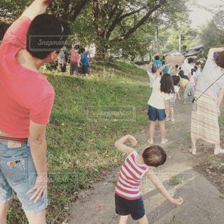 自然,親子,後ろ姿,人物,人,後姿,少年,ラジオ体操