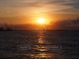 水の体に沈む夕日の写真・画像素材[3457084]