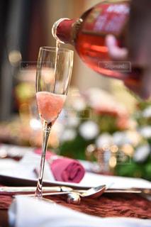 近いテーブルに座ってワイン グラスのアップの写真・画像素材[787926]