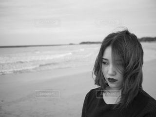 ビーチに立っている女性の写真・画像素材[857429]