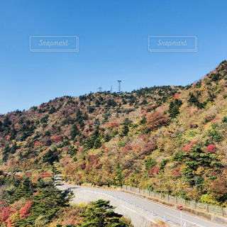 背景の山の高速道路の写真・画像素材[870745]