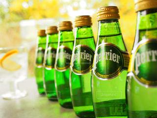 テーブルに空のボトル - No.918107